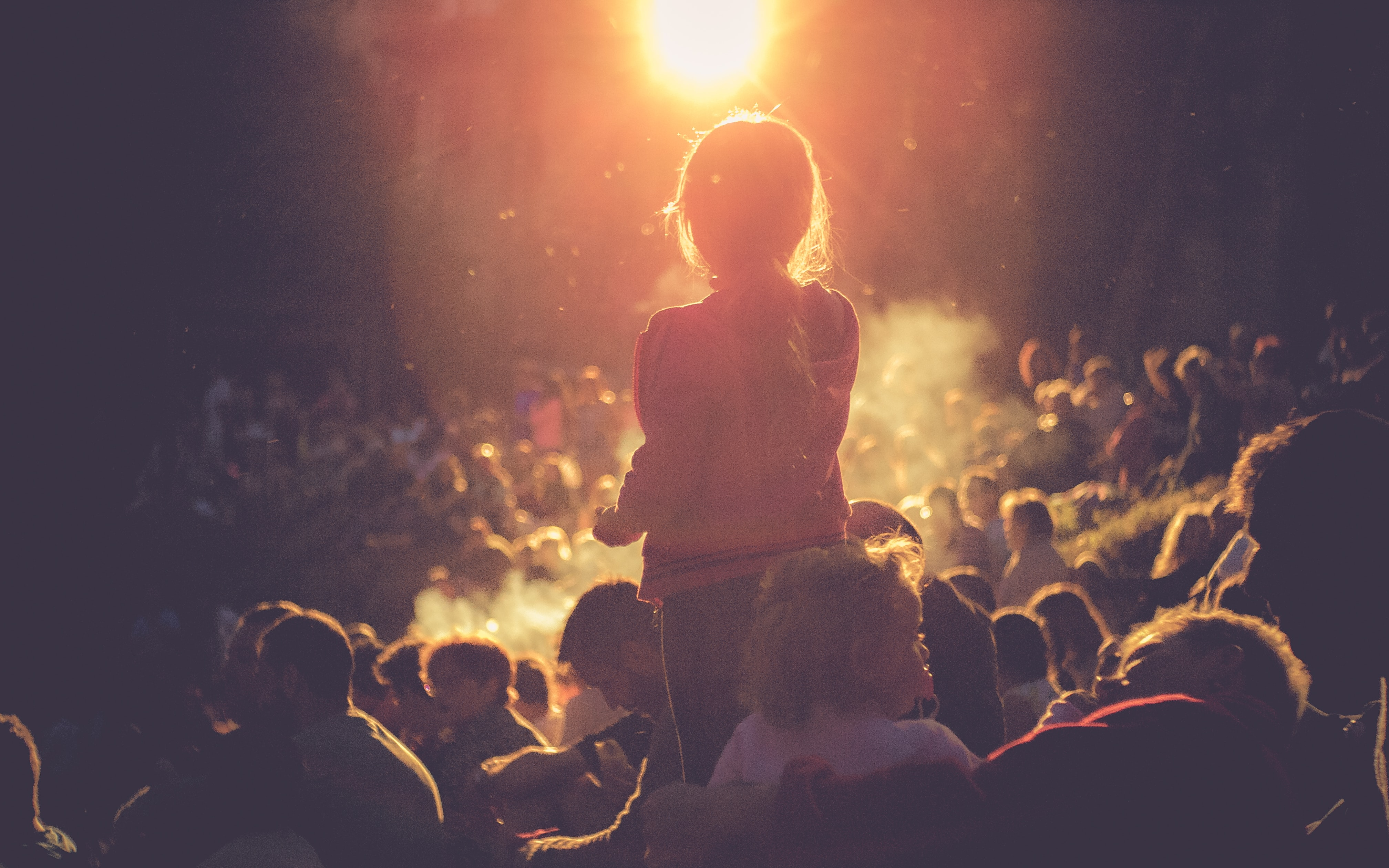 egyedi kislány a tömegben